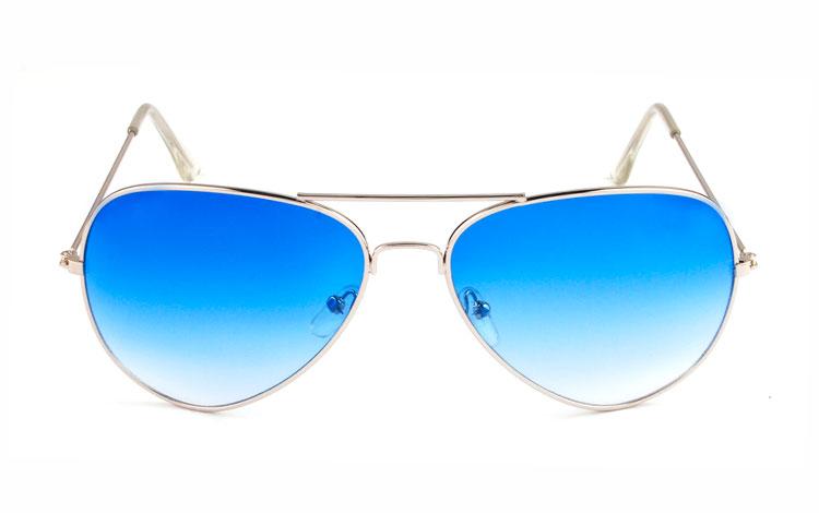 c476168cc46d Glassets blå farve bliver Aviator   pilot solbrille i sølvfavet metal stel  med blå glas. Glassets blå farve bliver