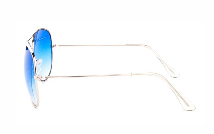 37a5f7d87544 Aviator   pilot solbrille i sølvfavet metal stel med blå glas. Glassets blå  farve bliver