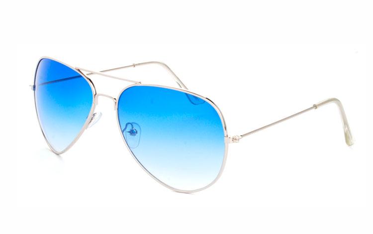 ca72ad065848 Aviator   pilot solbrille i sølvfavet metal stel med blå glas. Glassets blå  farve bliver ...