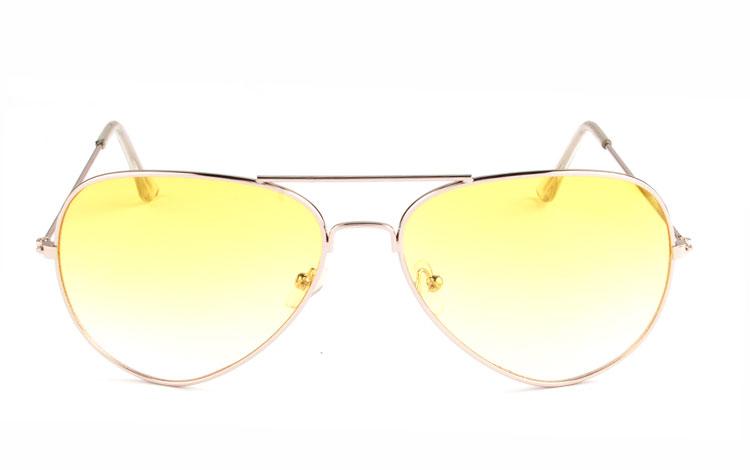 6ed1e4c01c7d Den gule farve bliver Aviator   pilot solbrille i sølvfarvet metal stel med gule  glas. Den gule farve bliver