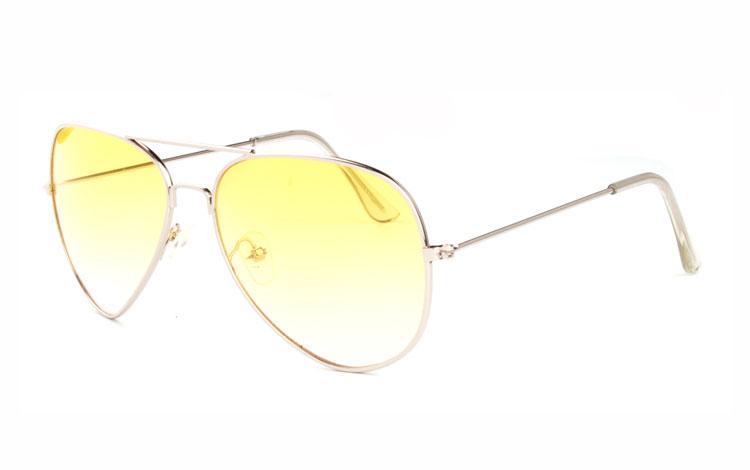 4de562079c52 Aviator   pilot solbrille i sølvfarvet metal stel med gule glas. Den gule  farve bliver ...