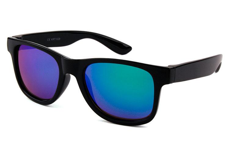 d65c23e11a23 Wayfarer solbrille til BØRN. Enkelt sort design med multifarvet spejlglas i  blå-grønne nuancer ...