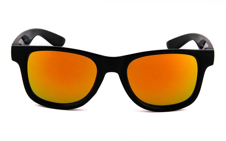 83343ffbbcdb Wayfarer solbrille til BØRN. Enkelt sort design med multifarvet ...