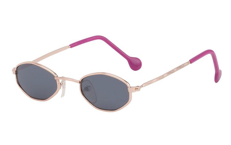 a293c22a9efb Børne solbrille i moderigtigt design. Moderigtig børnesolbrille i  guldfarvet metal stel med UV400 beskyttelse.