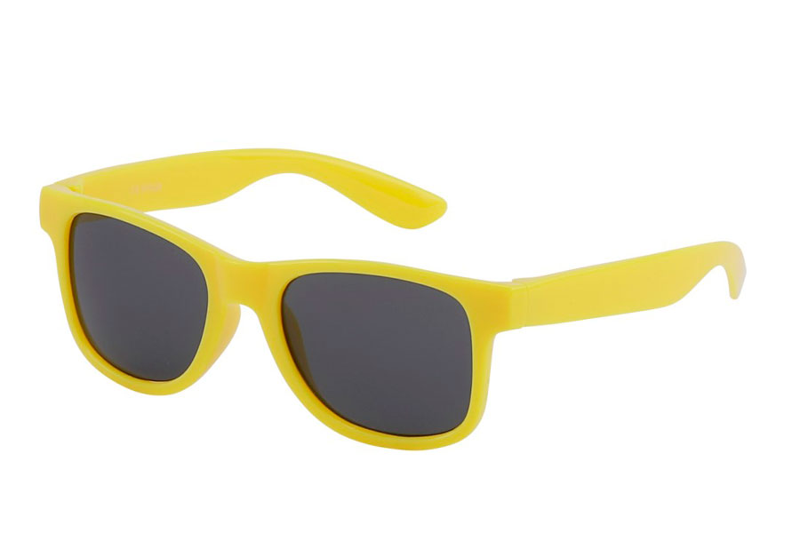 be2d05ed8f9f BØRNE solbrille i gult enkelt design. BØRNE solbrille i gult enkelt  wayfarer design. UV400 beskyttelse