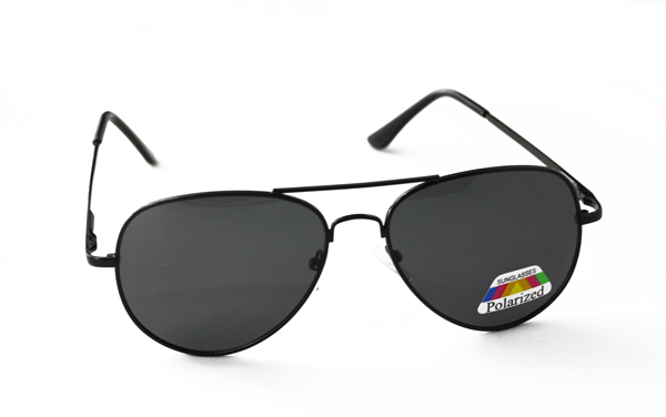 Polaroid pilot / aviator solbrille i klassisk sort design.   |
