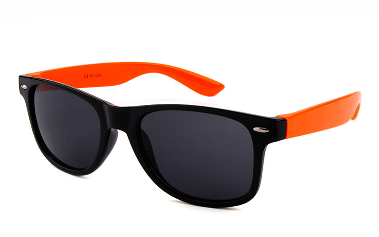 Sort wayfarer solbrille med orange stænger. Unisex design med UV 400 - Design nr. 3489